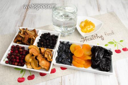Чтобы приготовить праздничный узвар, необходимо взять сушку ассорти: яблоки, груши, курагу, чернослив, изюм, ягоды сушёной вишни и боярышника, мёд, воду.