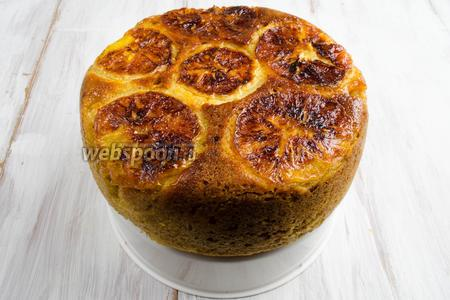 После сигнала аккуратно вынуть готовый пирог. Остудить на подставке. Можно украсить пирог апельсиновыми дольками или посыпать сахарной пудрой.