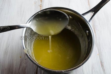 Сахарную пудру залить водой. Поставить на слабый огонь. Варить в течение 10 минут до растворения. Вмешать ложкой сливочное масло, добавить соль. Уварить. Снять с плиты.