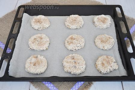 Брать тесто ложкой для мороженого и выкладывать на лист, выстланный пергаментом. Прижать сверху ладонью и присыпать пряничным сахаром. Выпекать при 180°С 12-15 минут.