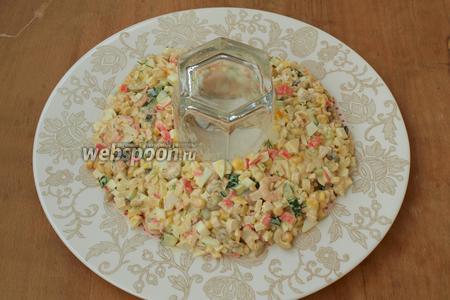 Салат хорошо перемешать. На круглое блюдо поставить в центр стакан и вокруг него выложить салат кольцом.