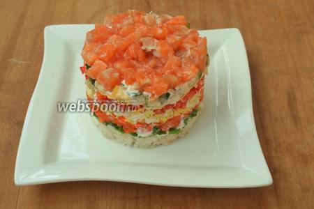 Аккуратно снять форму и украсить салат перед подачей на стол. Приятного аппетита!