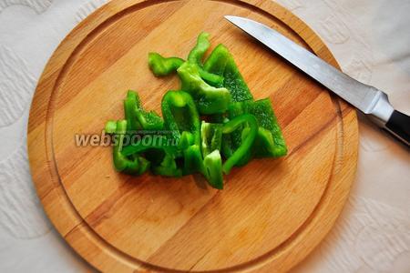 Зелёный перец нарежем некрупными брусочками.