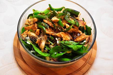 Добавим жареную курицу в наш салатник, посолим, поперчим, польём бальзамическим уксусом и посыплем кунжутом. Салат готов!