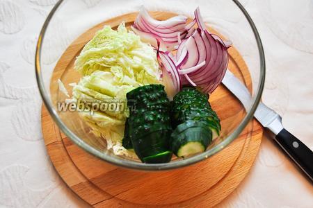 Нарезанные овощи сложим в подходящий салатник.