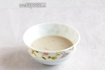 Свежие дрожжи развести в тёплом молоке и добавить 1 чайную ложку сахара. Подождать, пока пойдёт реакция.