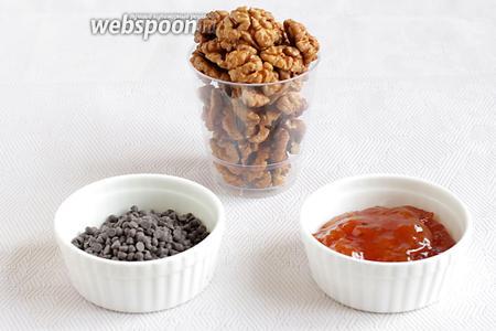 Пока подходит тесто, приготовим начинку. Для этого возьмём орехи грецкие, конфитюр (подойдёт любой, но лучше с цитрусовой ноткой), шоколад тёмный.