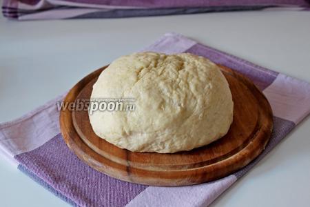 Замесить мягкое эластичное тесто. Выложить его в миску, накрыть пищевой плёнкой и убрать в тёплое место на 1-1,5 часа.