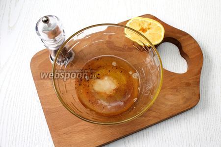 Смешайте его с сахаром, коньяком, сухим имбирём, солью, лимонным соком, перцем чёрным молотым, мускатным орехом и маслом растительным.