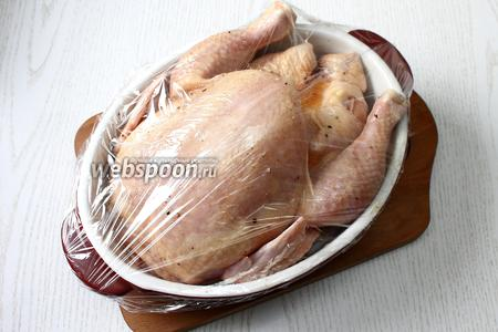 Герметично закройте курицу и оставьте на ночь в холодильнике.