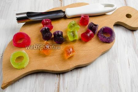 С помощью инструмента для изъятия сердцевины яблок вырезать цилиндры-мармеладинки.