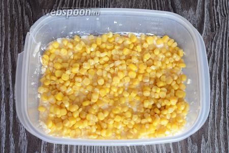 Раскладываем кукурузу.