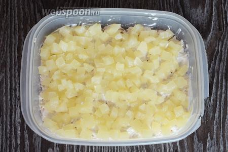 Кладём кубики ананаса.