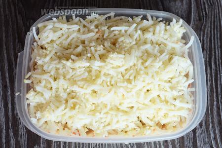 Раскладываем равномерно натёртый картофель, солим по вкусу.