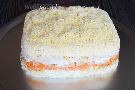 Затем переворачиваем форму на плоское блюдо, посыпаем верх сыром. Украшаем салат зеленью и подаём на стол. Приятного аппетита!
