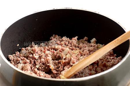Добавить прокрученное мясо, посолить и поперчить.