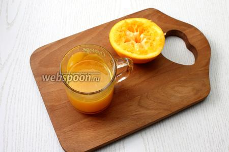 Из апельсинов отожмите сок, процедите, добавьте сахар и размешайте. Снова разогрейте до тёплого состояния желатин и размешайте в апельсиновом соке. Залейте апельсиновым желе бокалы и уберите до застывания последнего слоя.