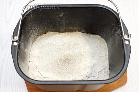 Просейте пшеничную и ржаную муку, добавьте дрожжи.
