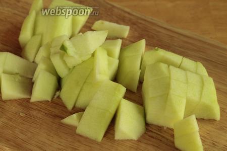 Яблоки очистить от кожуры и нарезать на небольшие  кубики, собираем всё в миску и сразу же поливаем соком лимона.