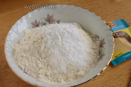В миску просеять муку вместе с содой и разрыхлителем, добавить соль и хорошенько всё перемешать. На этой стадии надо добавить орехи в муку, но я забыла и добавила орехи в самом конце.