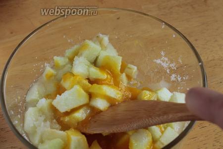 Через положенное время добавить к яблокам в сахаре яичные желтки, ванильный порошок и перемешиваем.