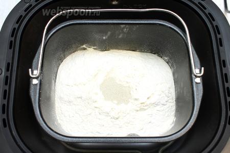 Добавьте дрожжи, измерять мерной ложкой, и поставьте чашу в хлебопечку.