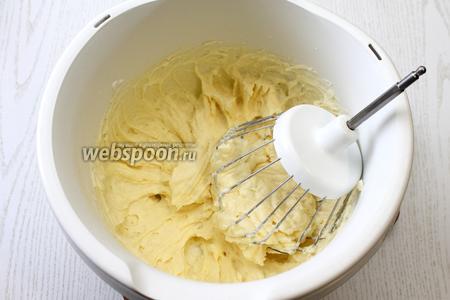 Взбейте масло с сахарной пудрой и на последних оборотах введите сгущенное молоко.