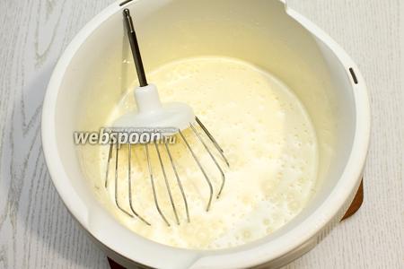 Взбейте яйца с сахаром в пышную пену.