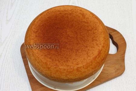 Минут через 10 достаньте бисквит с помощью поддона для варки на пару. Оставьте его остывать на 5-6 часов, тогда он легко будет разрезаться на коржи.