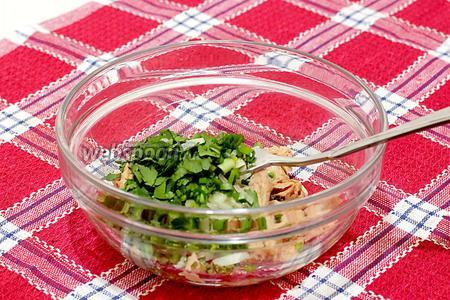 Добавьте зелень в салатник к тунцу.