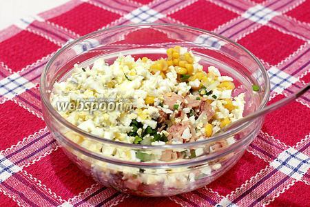 Смешайте яйца с остальными составляющими и заправьте хорошим майонезом. Это один из тех редких салатов, где майонез очень в тему для моего извращённого вкуса и даже приветствуется. Салат не требует досоливания.