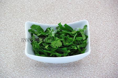 Зелень петрушки вымыть в проточной воде, обсушить полотенцем и измельчить.