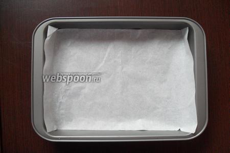 Форму для запекания застелить пекарской бумагой.
