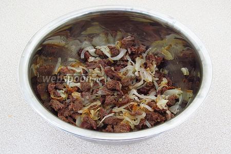 Соединить говядину с жареным луком, слегка посолить и перемешать.