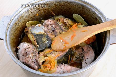 Рыба готова, когда мясо побелело и стало плотным, обычно на это уходит примерно минут 15. Готовую рыбу и, получившийся ароматный овощной соус, подавайте к столу как основное блюдо или с гарниром, например, с жареным картофелем или свежевыпеченными домашними лепёшками и свежими овощами. Приятного аппетита!