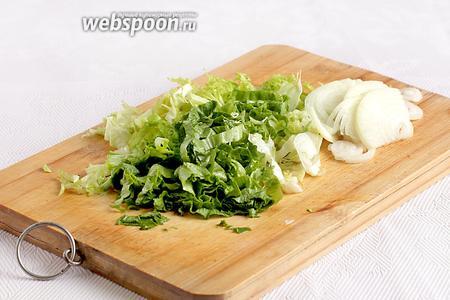 1/4 или 1/2 лука нарезать тонкими полукольцами и обязательно промыть холодной водой от лишней горечи. Сбрызнуть уксусом, например, яблочным или рисовым. Зелень салата нарезать соломкой. Вместо салата можно взять пекинскую капусту или любую другую хрустящую зелень.