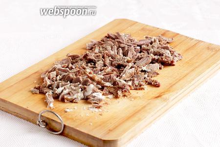 Мясо баранины очень мелко нарезать, чем мельче, тем удобнее в поедании.