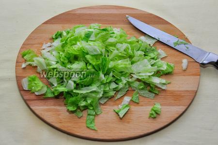 Также нарежем салат айсберг или мелко порвём руками, кто не любит крошить зелень ножом!