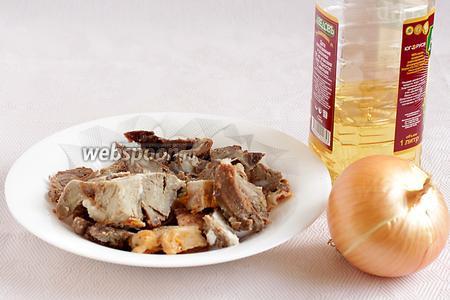 А пока приготовить начинку. Для начинки я взяла жареное в тандыре мясо баранины, лук, растительное масло, специи по вкусу.