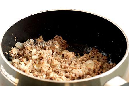 Лук обжарить в растительном масле, добавить молотое мясо, слегка прожарить и добавить специи. Начинку я не солила, мясо в меру солёное.