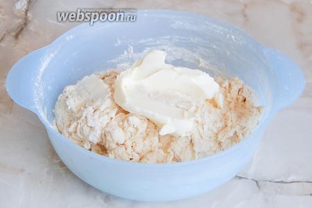 Когда мука увлажнится, добавляем 75 граммов мягкого сливочного масла. Вмешиваем его партиями. Остальное масло (125 граммов) растопим и остудим до комнатной температуры.
