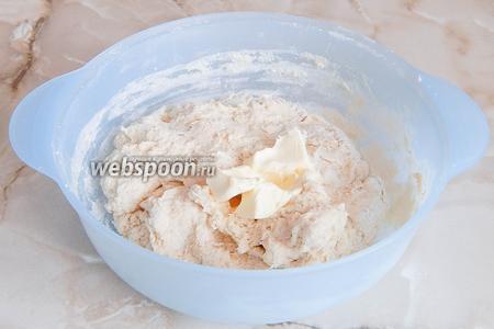 Замешиваем тесто. Когда мука впитает жидкость, вмешиваем мягкое сливочное масло.