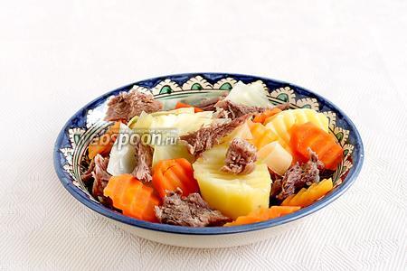 Добавить отваренные капусту и морковь.