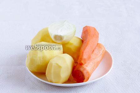 Картофель,  лук и морковь очистить.