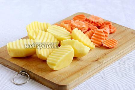 Картофель разрезать пополам, маленькую оставить целиком. Морковь нарезать колечками.