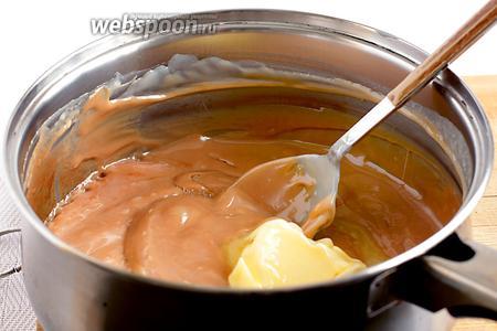 И только когда цвет меня полностью утроил, я сняла ириски с огня и добавила сливочное масло. Масло нужно интенсивно вмешать с состав.