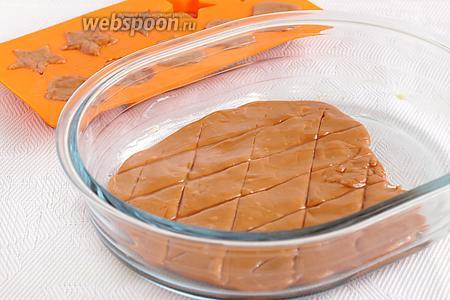 Мне пригодилась силиконовая форма для конфет и стеклянная форма для запекания. Можно сразу же сделать надрезы мокрым ножом по поверхности, чтобы потом легче разделить ириски на кусочки. Оставить ириски на некоторое время застыть.