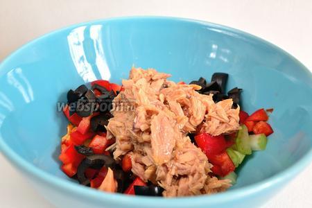 Смешать все ингредиенты в салатнике. Слить сок из банки с тунцом и добавить тунец к овощам. Всё перемешать. При необходимости подсолить. Слегка поперчить.