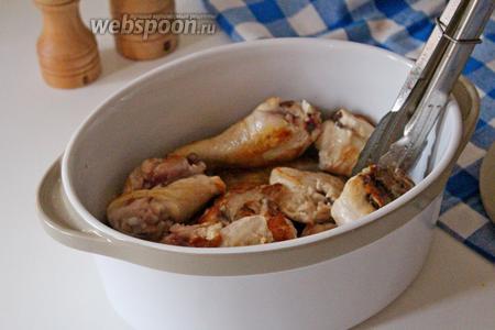В глубокую форму для запекания выложить обжаренную курицу.
