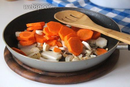 Добавить морковь с корнем петрушки и обжаривать ещё 2 минуты.